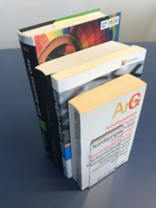 Kleiner Buchwinkel mit abgerundeten Ecken VA-242EA für Taschenbücher ideal.